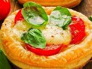 Домашна пица с бутер тесто, пилешко месо, домати, царевица и кисели краставички